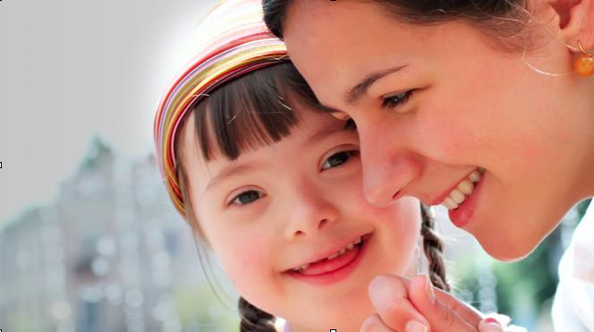 Criança com Síndrome de Down e sua mãe